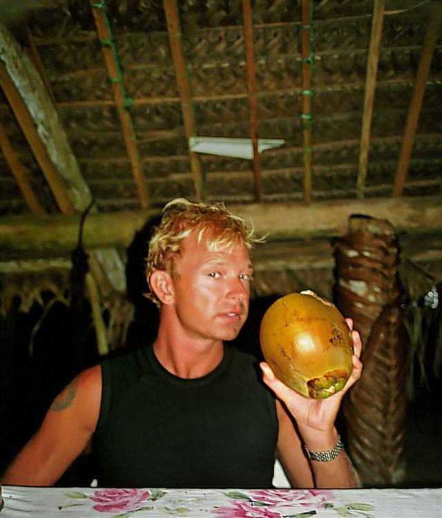 Lars dricker kokosnötsmjölk direkt ur en nöt som precis plockats ner