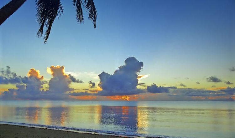 Solnedgång vid Felemea på Uiha, Tonga