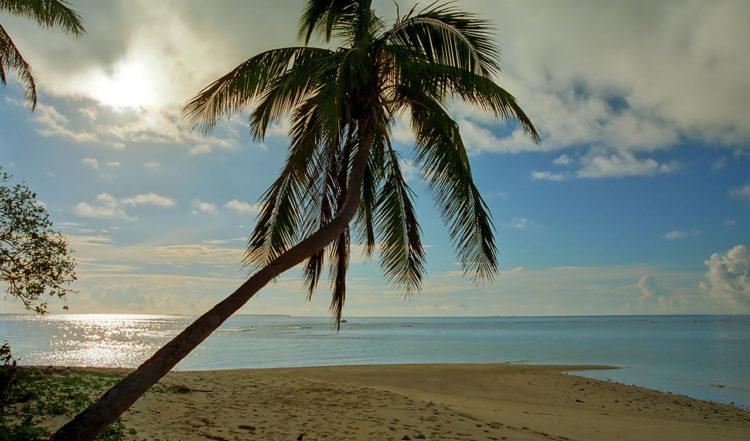 Solen sjunker mot horisonten eftermiddag i södra Uoleva på Tonga