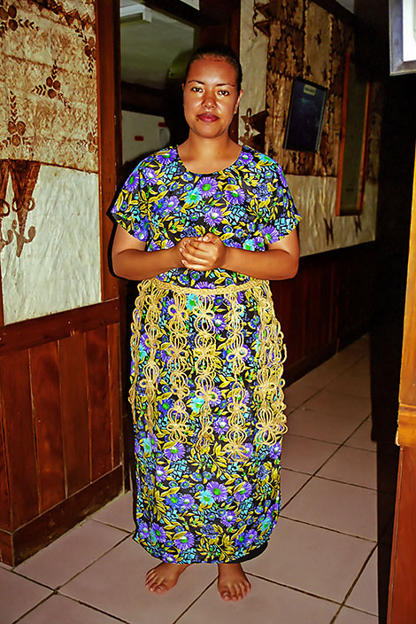 Kvinna med traditionell höft matta på Tonga turist information i Nuku'alofa