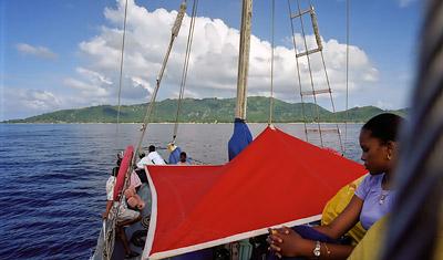 Båten närmar sig La Digue