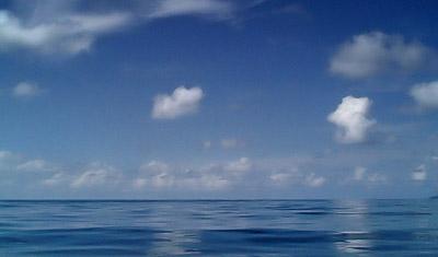 Utsikt över Indiska oceanen från båten till La Digue
