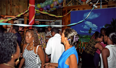 Ett party är i full gång på Chez Marston och vi blir inbjudna, La Digue nyårsafton 2002
