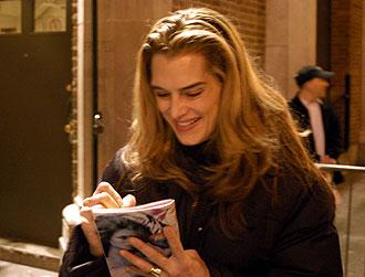 Brooke Shields skriver autograf