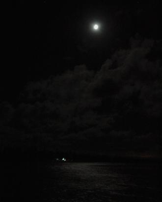 Måne över havet