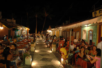 Mysigt stråk med restauranger på båda sidorna
