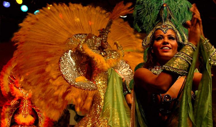 Kvinna i grönt på Sambashow på Plataforma i Rio de Janeiro