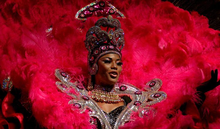 Kvinna i rosa på Sambashow på Plataforma i Rio de Janeiro