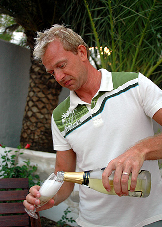 Lasse serverar champagne
