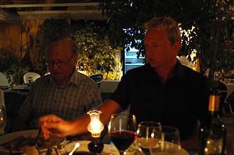 Sven-Åke och Lasse lägger upp mat på La Posá Dos i Estepona