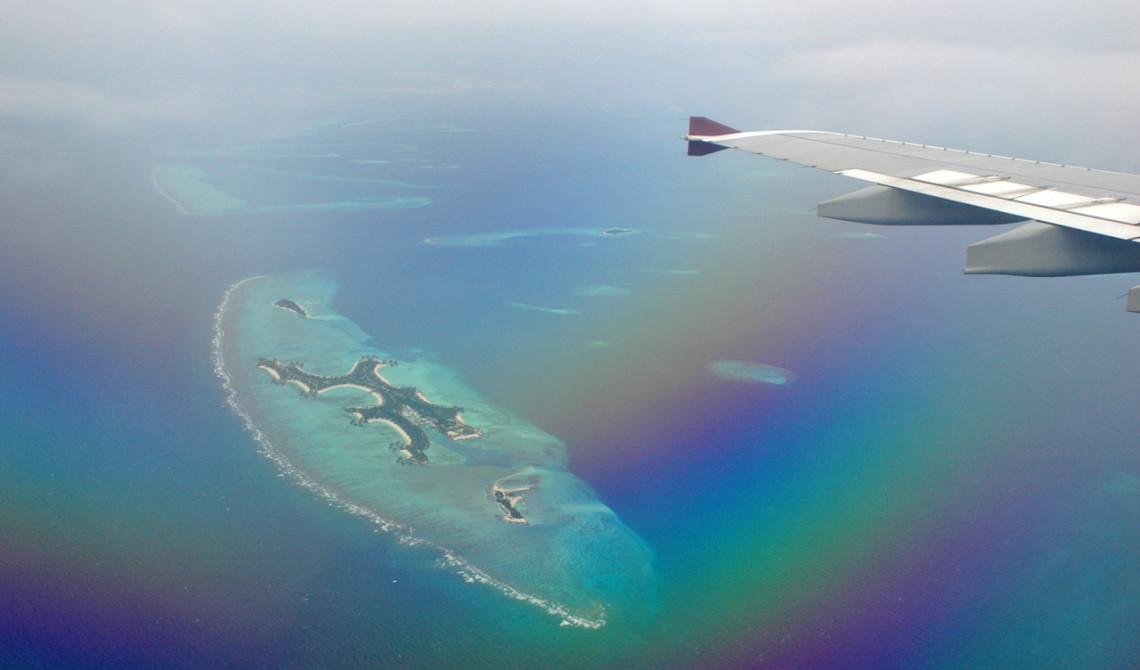 Vi flyger in över vackra atoller