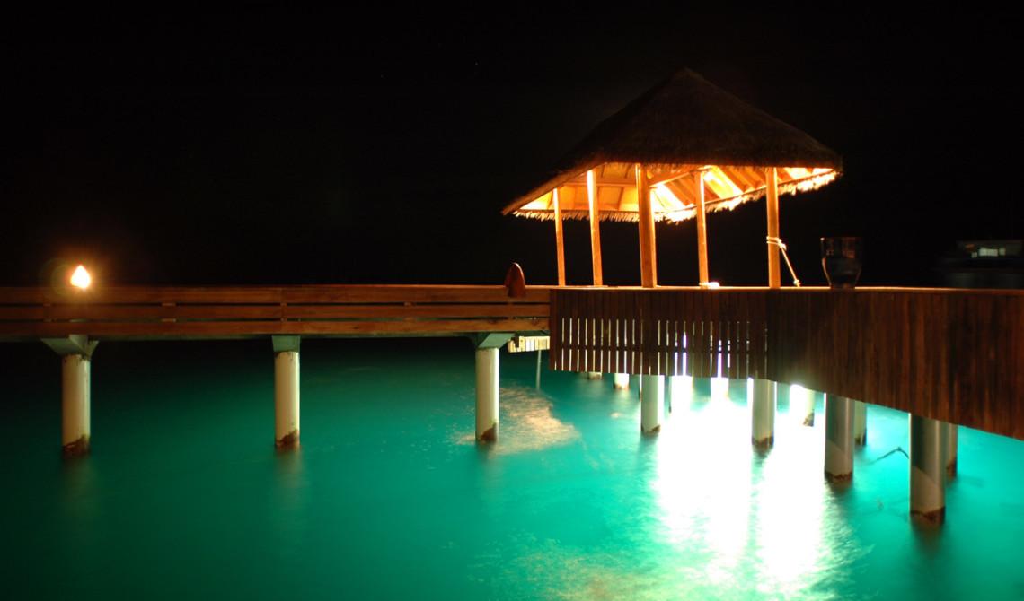 Bryggan på Vilu Reef kvällstid