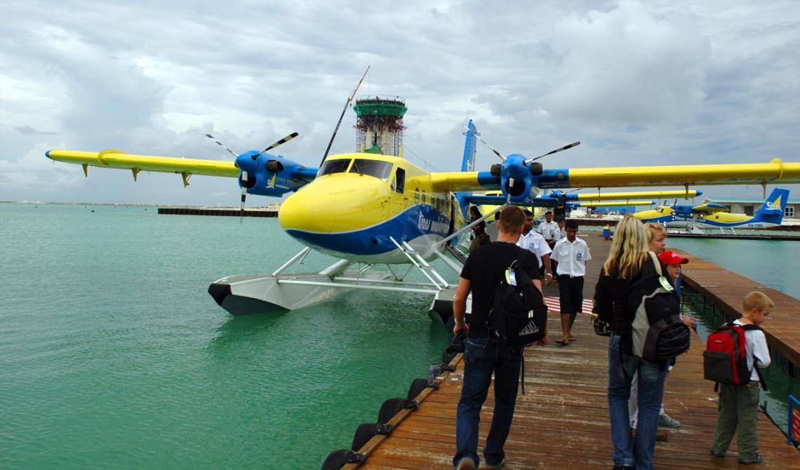 På väg ombord på Trans Maldivian Airways pontonplan