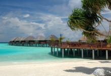 Vilu Reefs watervillas och strandrestaurang.