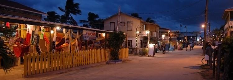 Huvudgatan genom Caye Caulker vid skymning, Belize