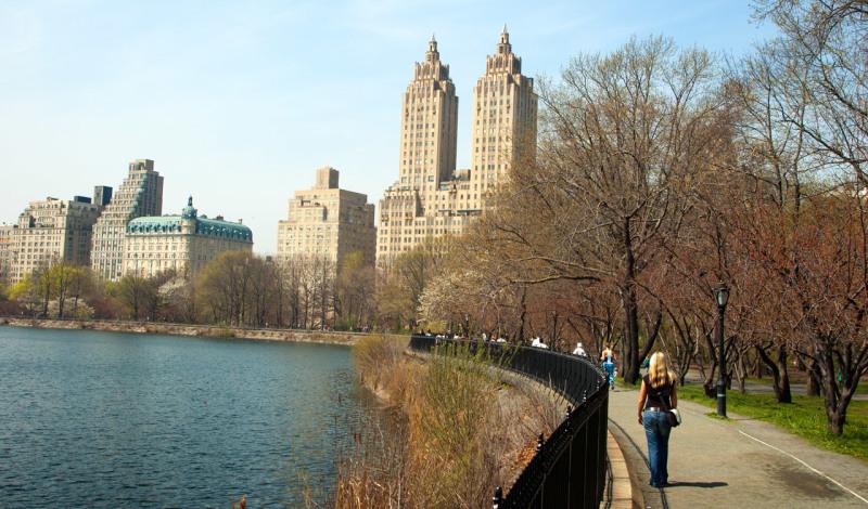 På promenad i Central park en vacker vårdag