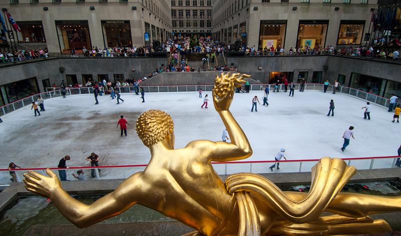 Staty och Skridskoåkare vid Rockefeller center