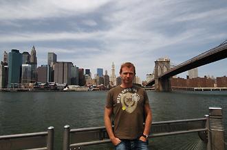 Lasse med Manhattan i bakgrunden