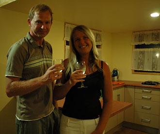 Lasse och Anki skålar i mousserande vin