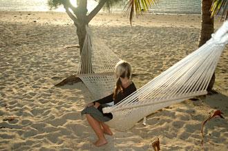 Anki i hängmattan på stranden