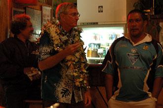 Firande av Roger, ägaren till Atiu Villas på Atiu