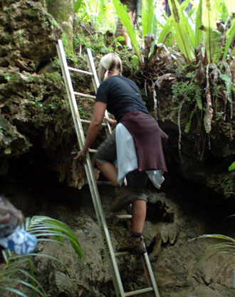 Anki klättrar upp för en stege - Atiu, Cook öarna