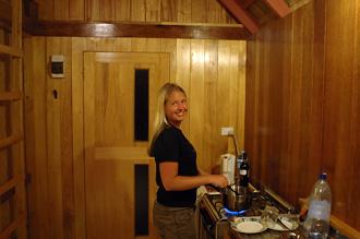 Anki lagar mat i vårt rum på Atiu Villas