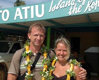 Lasse & Anki med blomsterkransar vid Atius flygplats