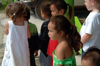 Öns barn tittar med spänning på planet som landar på Atiu flygplats
