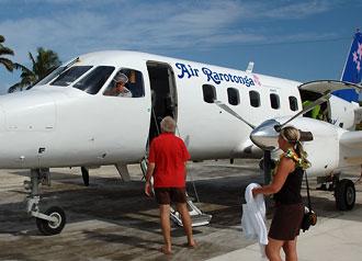 Roger pratar med piloten - Atiu flygplats