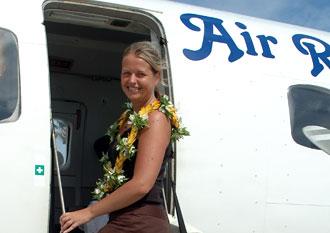 Anki på väg upp på Air Rarotongas plan, Atiu flygplats