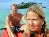 Anki och Lars paddlar kanot vid Muri Beach, Cook