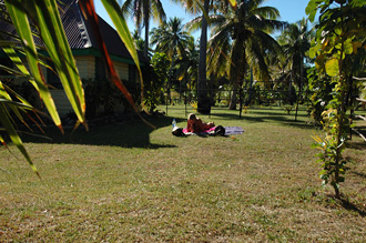Solar på gräsmattan på Nabua Lodge