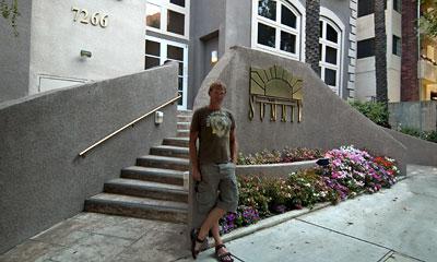 Lasse vid Summit, där han tidigare bodde i Hollywood, Los Angeles