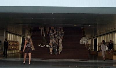 Anki på väg in i Prada butik, Rodeo Drive, Los Angeles