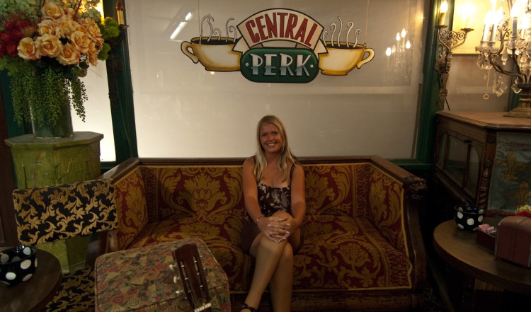 Anki i en av sofforna på Central Perk, Warner Brothers VIP Tour, Los Angeles