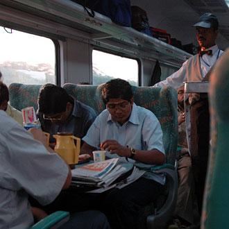 På tåget mellan Delhi och Agra