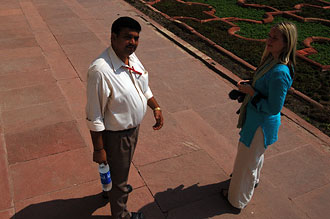 Vår guide och Anki står och pratar inne på en av innergårdarna på Red Fort