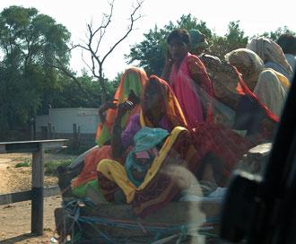 Transport full av kvinnor sett från bilen