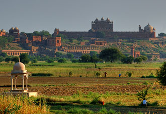 Vy ifrån vägen över landskapet och Fatehpur Sikir
