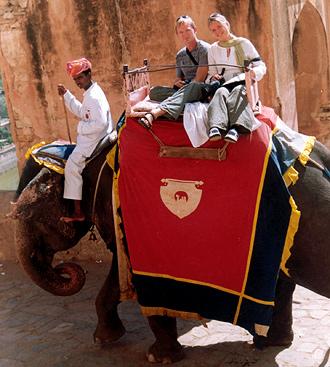 Lasse och Anki på elefantryggen