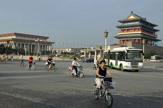 Vy över södra hörnet av Qiamen med frontporten och Maos Mausoleum, Beijing