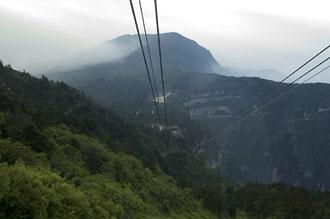 Linbana på väg upp till Emei bergets topp