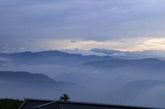 Vy från Emeiberget, solnedgång ovanför molnen