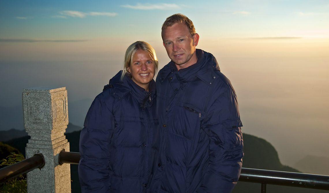 Anki och Lasse på Emei berget när första solstrålarna når dagen