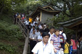 På väg ner från Emei-berget