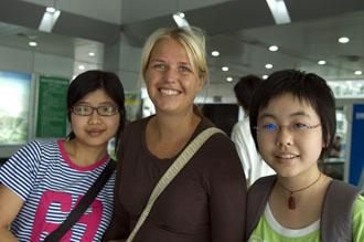 Anki med de två tjejerna vi hade sällskap med från Emei-berget