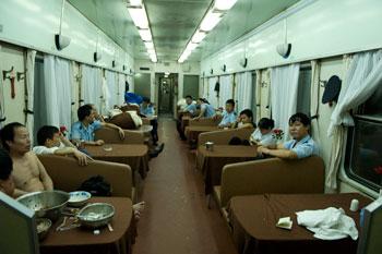 Restaurangvagn på tågresa mellan Chengdu och Yangshuo