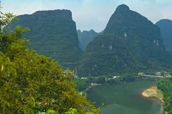 Utsikt från kalkstensberg vid Snow Lion Resort i Yangshuo