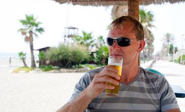 Lasse tar en öl i Estepona